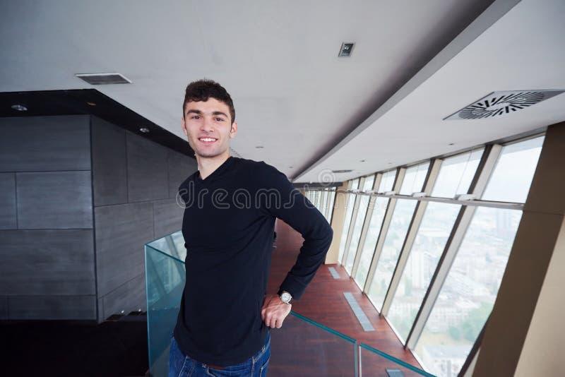 顶楼房屋公寓的年轻成功的人 免版税库存图片