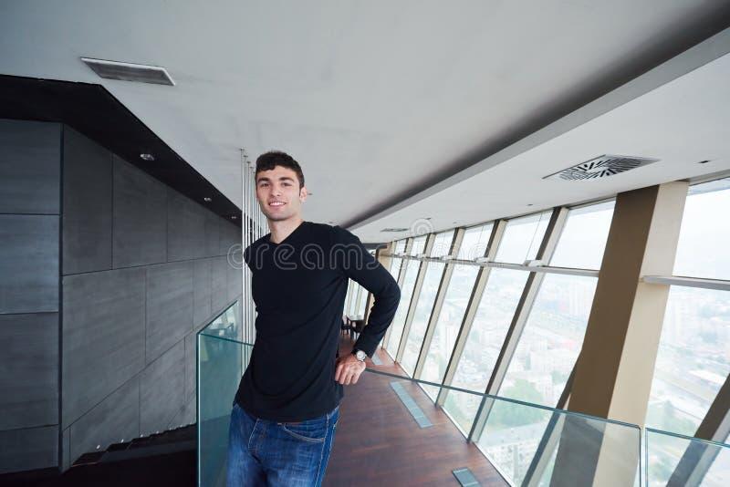 顶楼房屋公寓的年轻成功的人 图库摄影