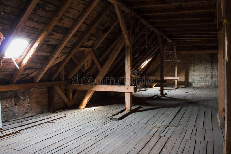 顶楼,老顶楼/屋顶在建筑前 库存照片
