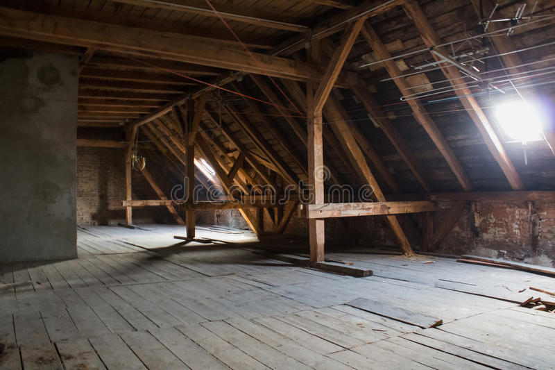 顶楼,老顶楼/屋顶在建筑前 免版税库存照片