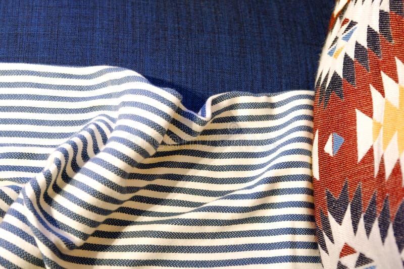 顶灯,床边胸口A床口地毯 床软的一揽子枕头 舒适大气  免版税库存照片