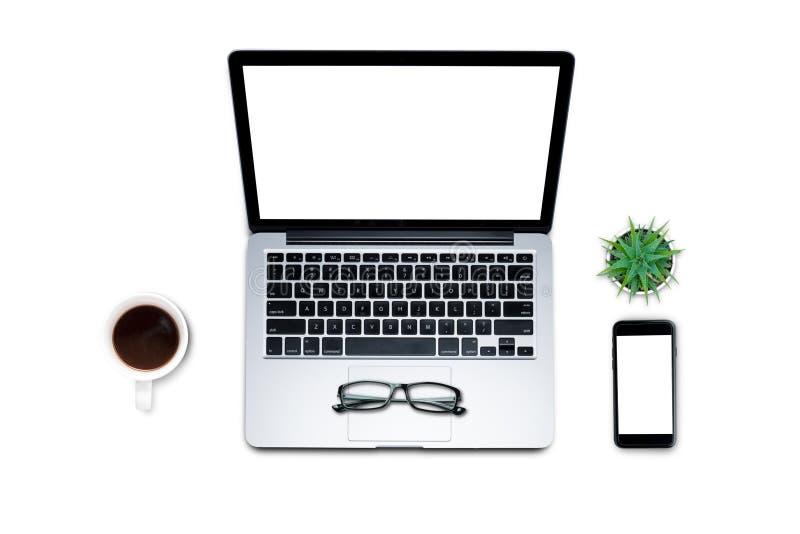 \'顶视图、平躺式、旅行套件、办公桌、计算机、笔记本电脑、智能手机、咖啡、杯子、色调柔和的背景 图库摄影
