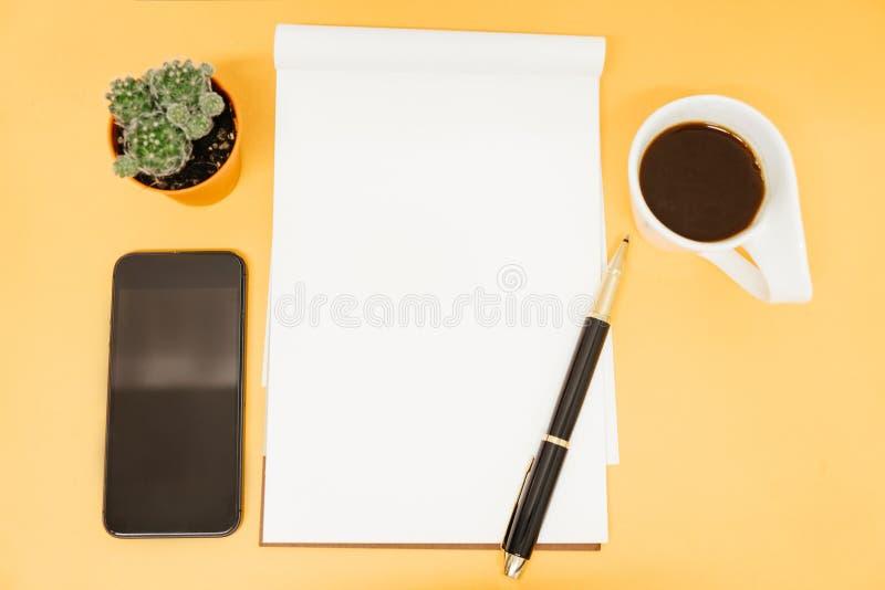 顶视图与手机,植物,咖啡杯, pa的企业桌 图库摄影