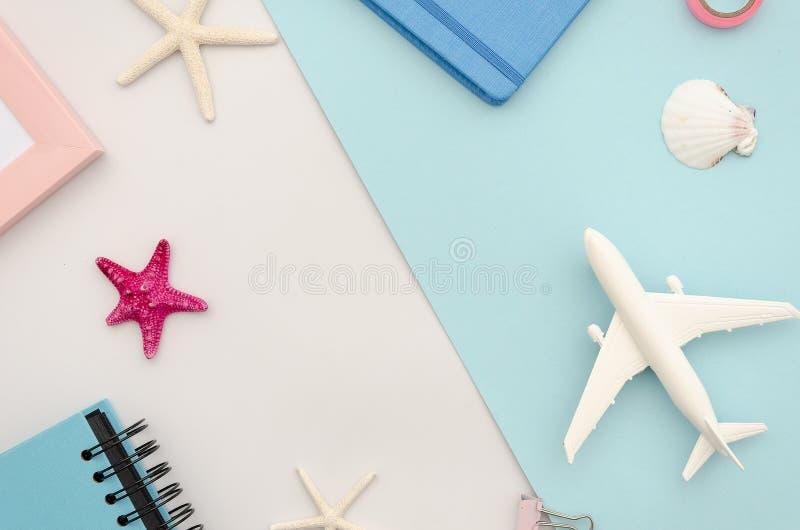 顶视图与飞机、贝壳和海星的旅行大模型 流行音乐背景 图库摄影