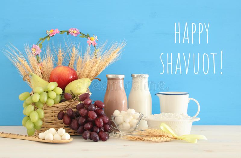 顶视图乳制品和果子的拼贴画图象 犹太假日- Shavuot的标志 免版税图库摄影