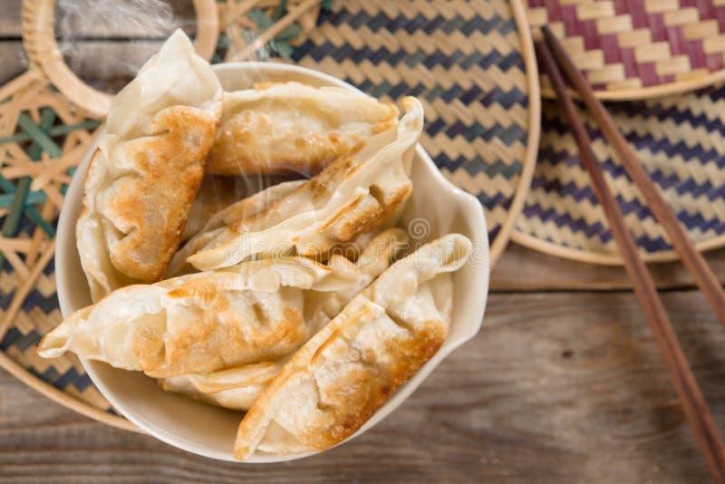 顶视图亚洲食物油煎的饺子 免版税库存图片