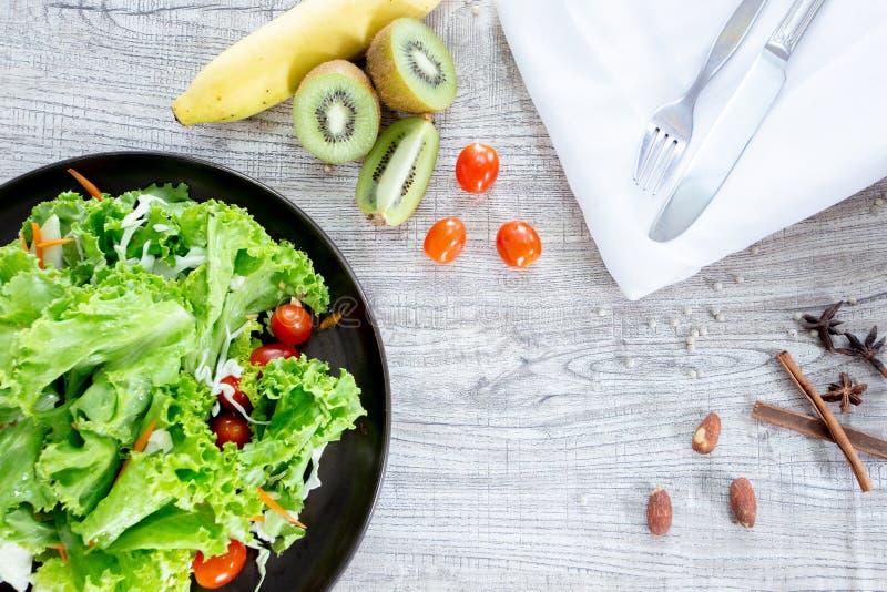 顶视图健康和干净的食物混合水果和蔬菜,新鲜蔬菜沙拉的健康吃混合在木桌上冠上了 库存图片