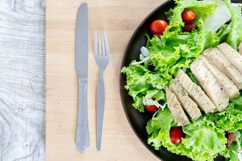 顶视图健康和干净的食物混合水果和蔬菜,新鲜蔬菜沙拉的健康吃混合在木桌上冠上了 库存照片