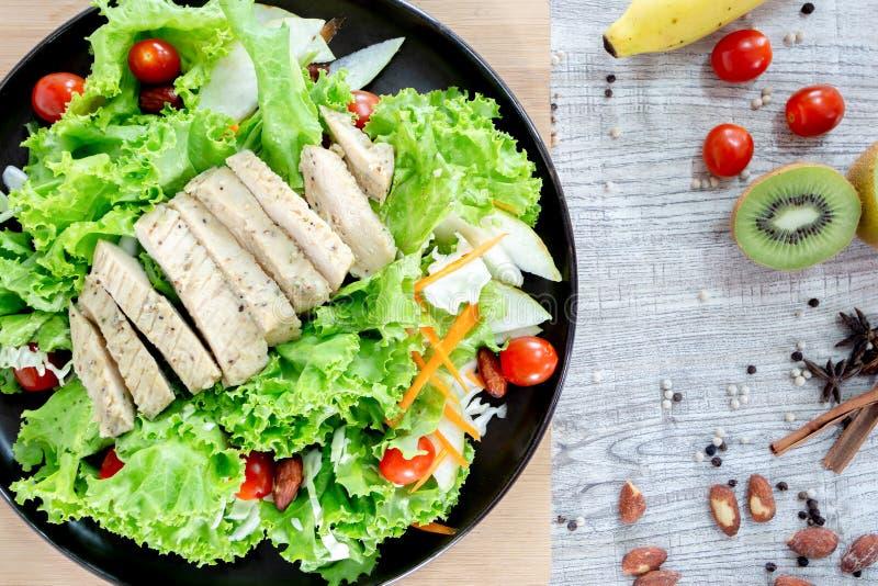 顶视图健康和干净的食物混合水果和蔬菜,新鲜蔬菜沙拉的健康吃混合在木桌上冠上了 免版税库存照片