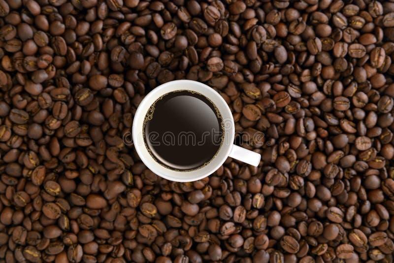 顶视图加奶咖啡杯子或杯子在咖啡豆 免版税库存图片