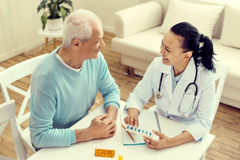 顶视图医生和耐心微笑,当谈论治疗时 免版税库存图片
