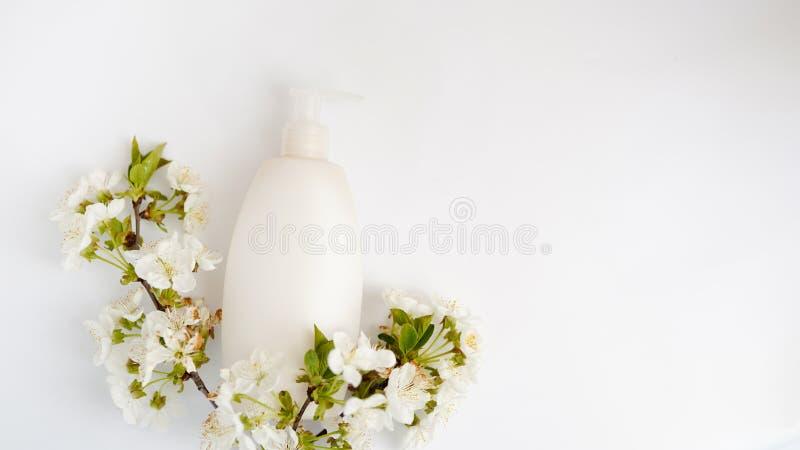 顶视图卫生间供应和温泉化妆浪花瓶和白花在白色背景 r 库存照片
