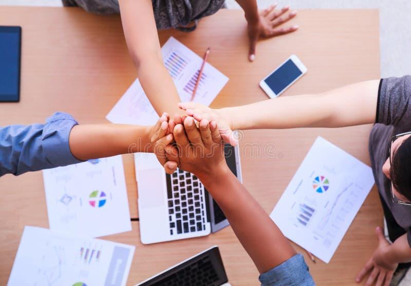 顶视图商人和女实业家身分和堆积在移动式办公室在一次会议移交桌与拷贝空间 免版税库存照片