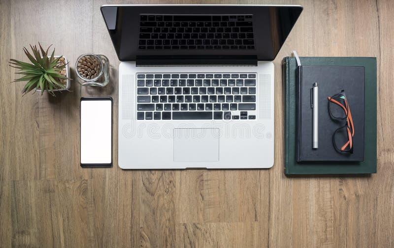 顶视图嘲笑在书桌上的黑屏膝上型计算机 免版税库存图片