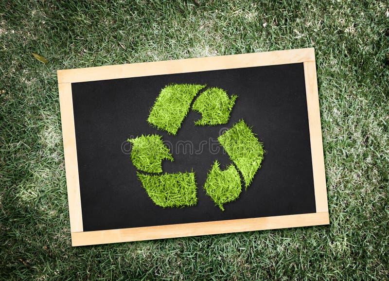 顶视图回收在黑板的标志有成为不饱和的绿色的 库存图片