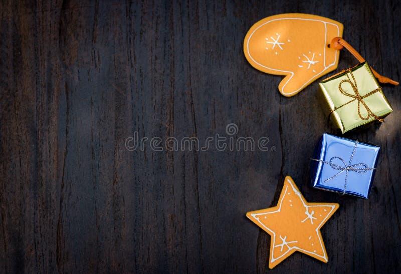 顶视图圣诞节在木背景拷贝空间的礼物装饰品 图库摄影