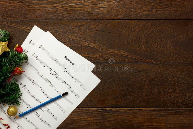 顶视图圣诞节音乐与圣诞节装饰o的便条纸 免版税图库摄影