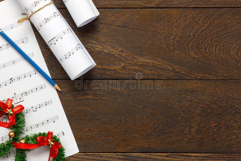 顶视图圣诞节音乐与圣诞节装饰o的便条纸 库存照片