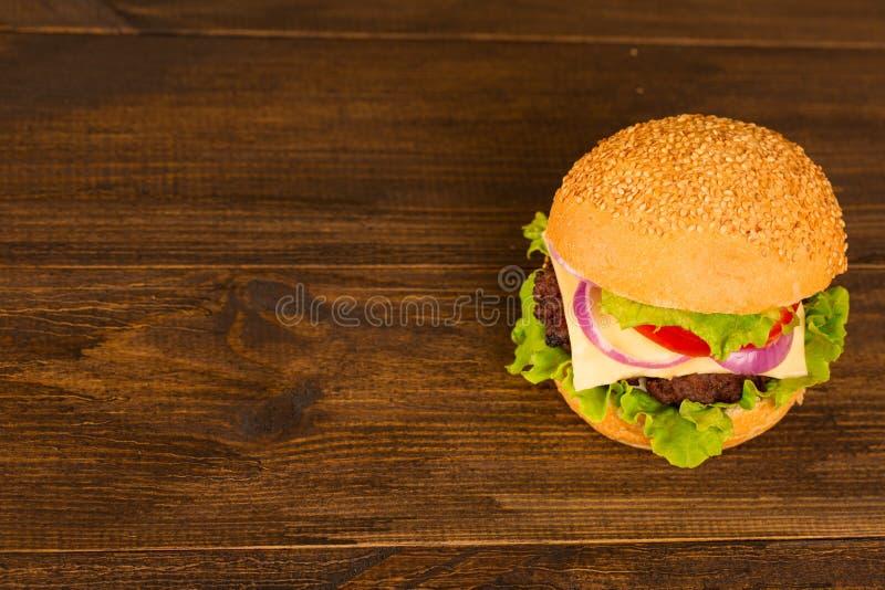 顶视图在木背景的bbq汉堡包 免版税库存图片