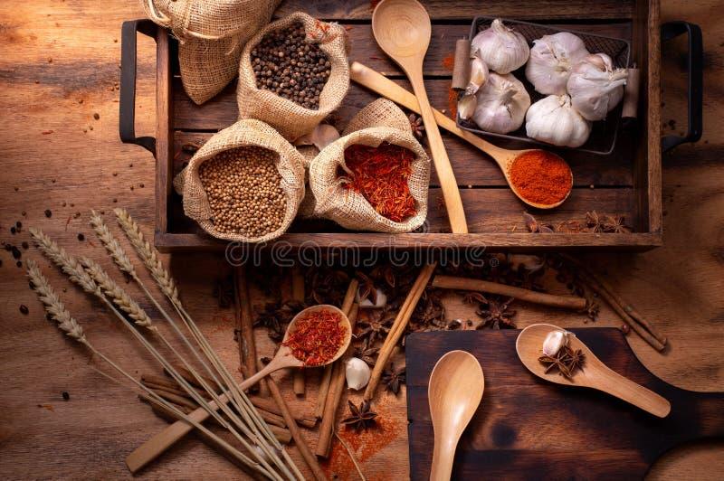 顶视图套香料和草本在木盘子,烹调成份 免版税库存图片