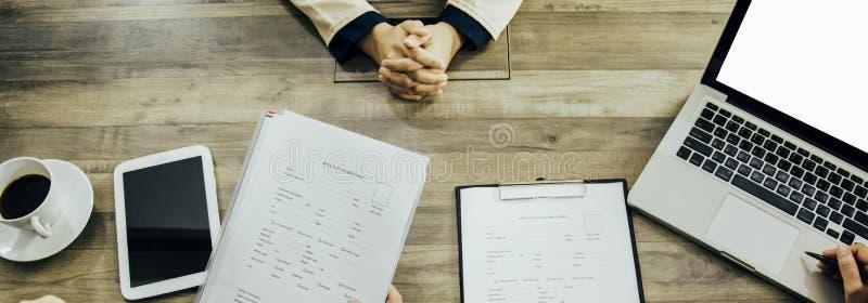 顶视图妇女递交工作申请书给经理和委员会,吸收公司采访室的部门,概念新的工作 免版税图库摄影