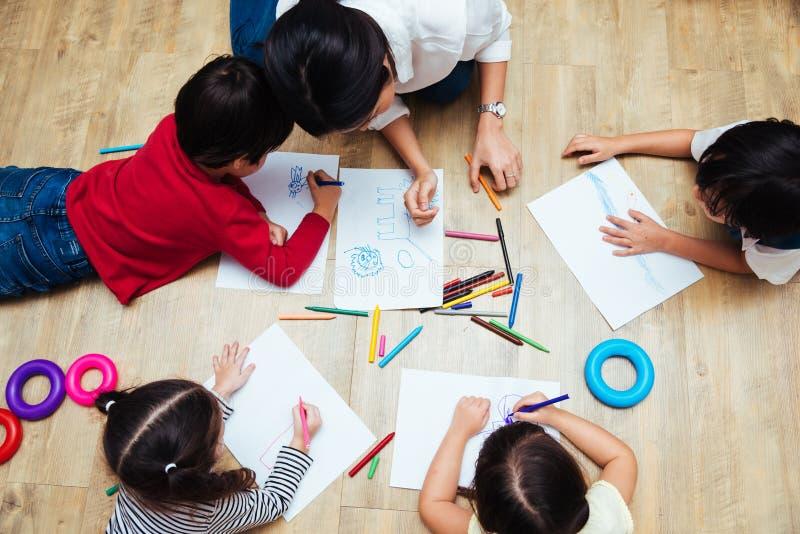 顶视图家庭愉快的孩子编组孩子男孩和女孩kindergart 免版税库存图片