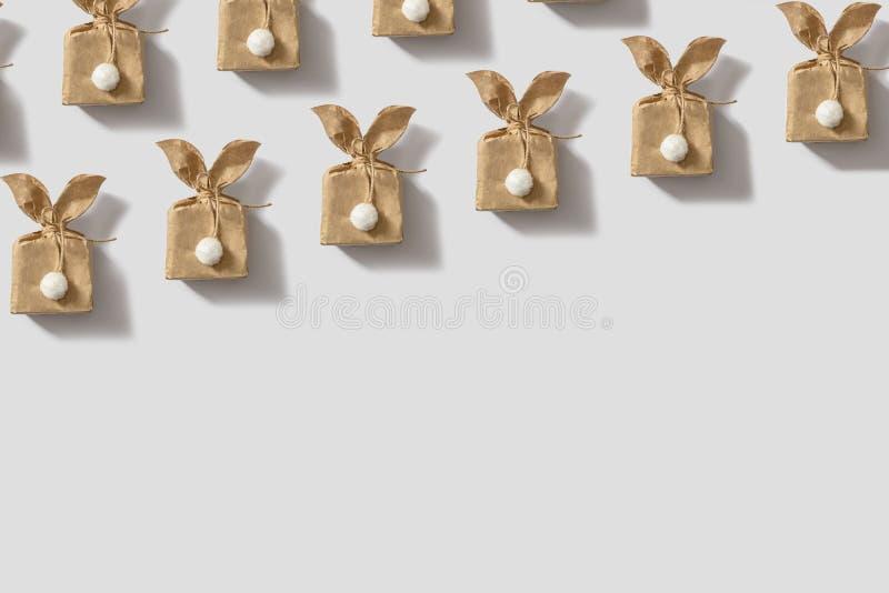 顶视图射击装饰复活节背景概念 平的被放置的简单派纸袋同样兔宝宝或兔子礼物或礼物的  库存照片