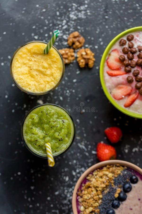 顶视图射击 从香蕉,菠萝的被混和的鲜美饮料和 免版税库存图片