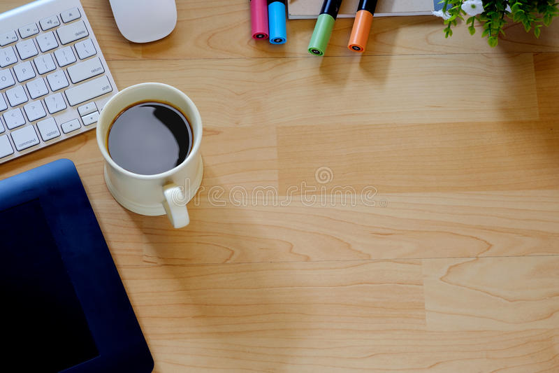 顶视图工作书桌 嘲笑与计算机、供应和咖啡杯的办公桌桌 图库摄影