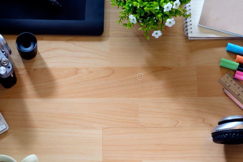 顶视图工作书桌 嘲笑与计算机、供应和咖啡杯的办公桌桌 免版税库存图片