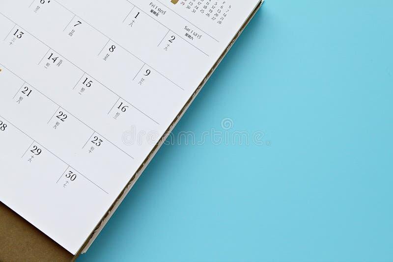 顶视图或日历页平的位置在蓝色背景的与拷贝空间 库存照片