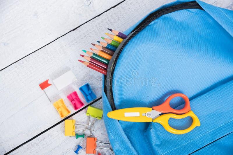 顶视图教育孩子的蓝色袋子背包 免版税图库摄影