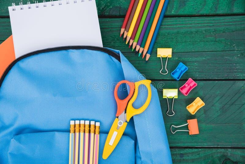 顶视图教育孩子的蓝色袋子背包 免版税库存图片