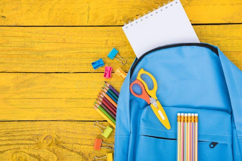 顶视图教育孩子的蓝色袋子背包 库存图片