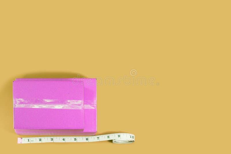 顶视图有卷尺的桃红色箱子 免版税库存图片