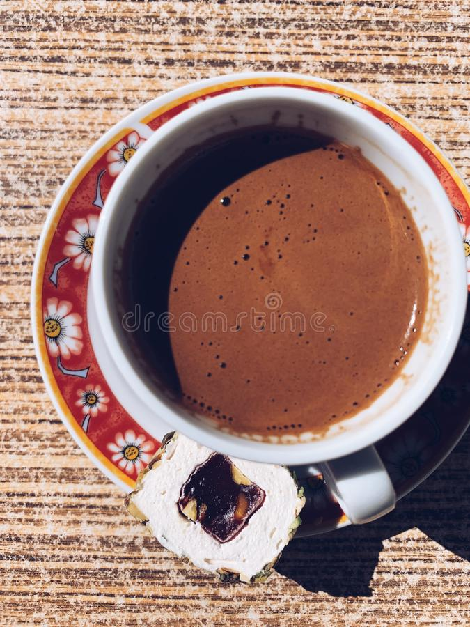 顶视图杯子土耳其咖啡以土耳其快乐糖 图库摄影