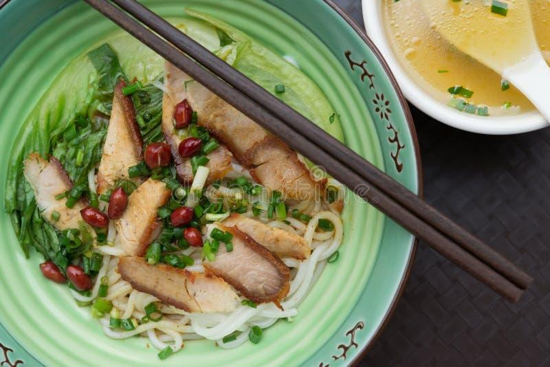顶视图桂林与碗的米线附近汤 免版税库存照片