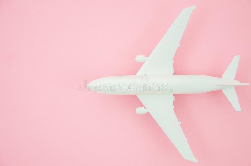 顶视图模型飞机,关闭在桃红色淡色背景的飞机 舱内甲板放置与旅行横幅的拷贝空间 免版税库存图片