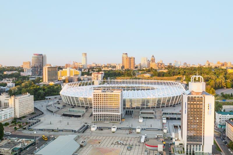 顶视图橄榄球场和正方形在基辅 全国体育复杂Olympysky基辅,有穿孔的门面的白色盛大体育场 免版税库存图片