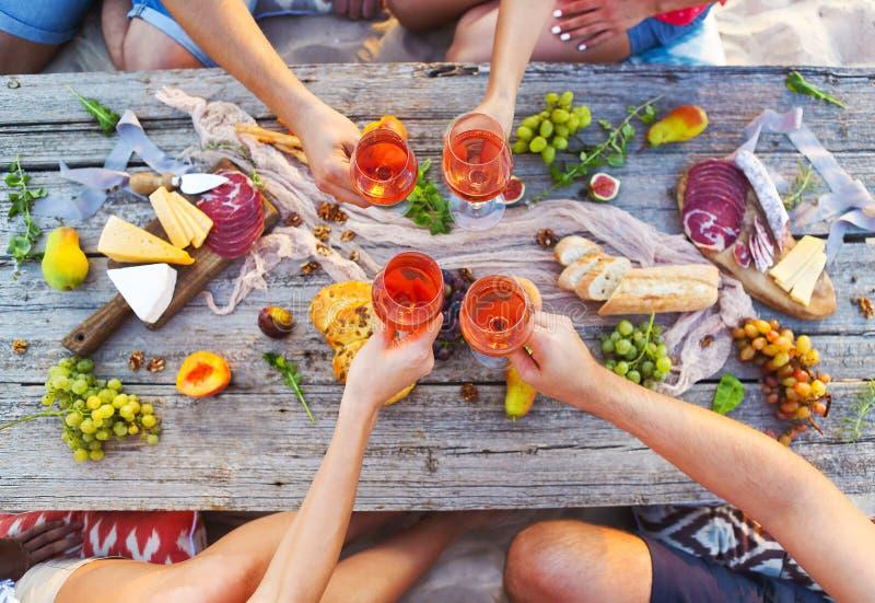 顶视图海滩野餐桌 免版税库存照片