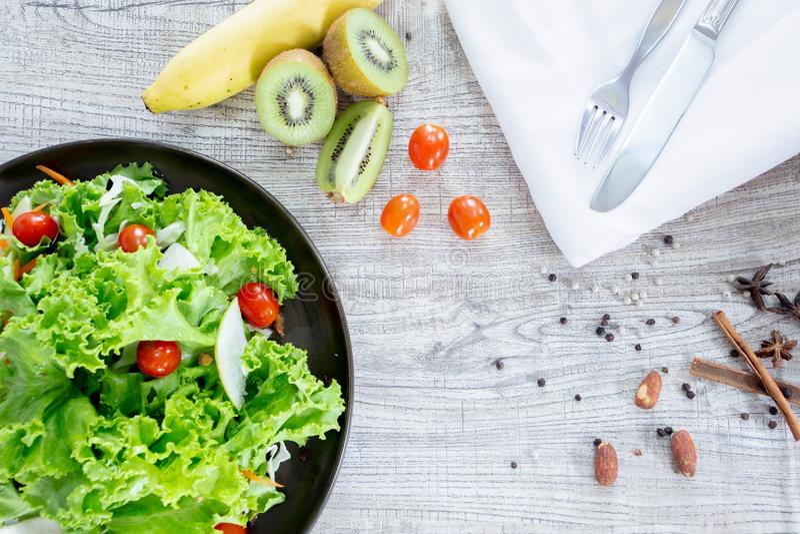 顶视图混合水果和蔬菜,新鲜蔬菜沙拉的健康吃混合在木桌上冠上了 库存照片