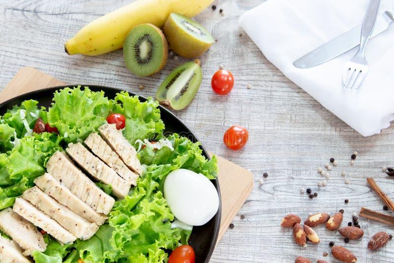 顶视图混合水果和蔬菜,新鲜蔬菜沙拉的健康吃混合在木桌上冠上了 库存图片
