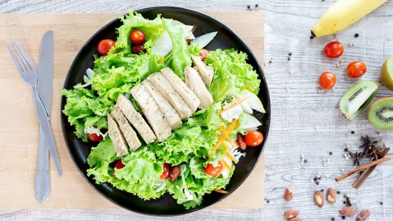 顶视图混合水果和蔬菜,新鲜蔬菜沙拉的健康吃混合在木桌上冠上了 免版税库存图片
