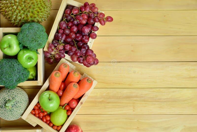 顶视图热带水果和蔬菜在超级市场 免版税图库摄影