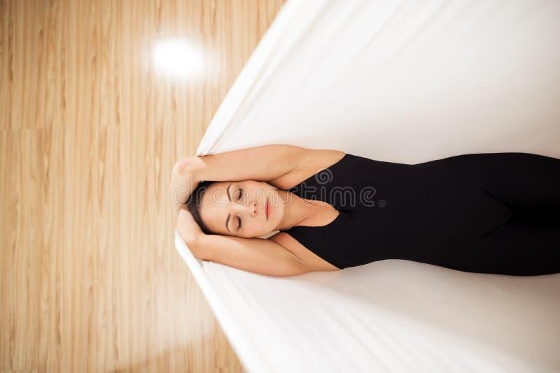 顶视图照片 适合的女孩在地板上的丝毫吊床说谎 库存图片