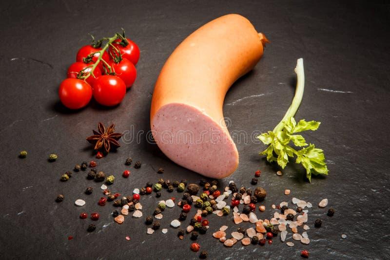 顶视图煮沸了香肠用香料、selera和蕃茄樱桃 库存图片