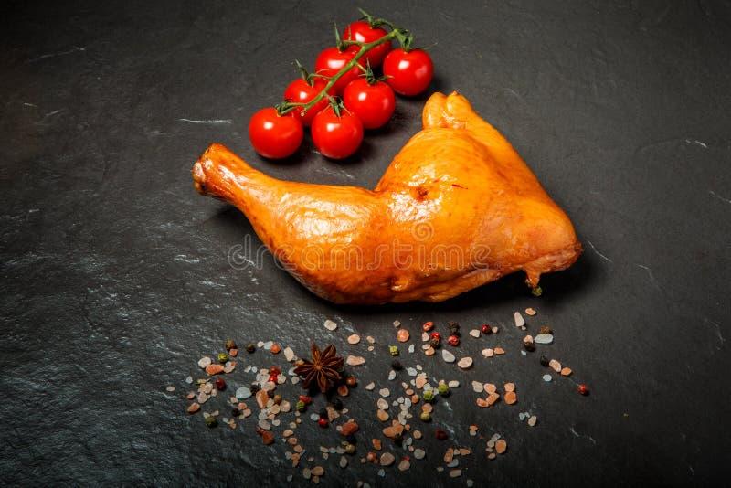 顶视图熏制的鸡腿用香料和蕃茄樱桃 库存图片