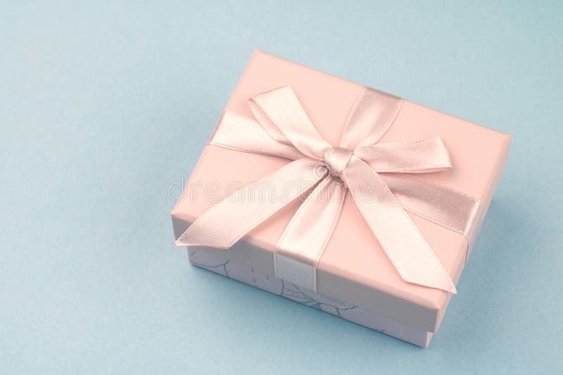 顶视图的桃红色礼物盒关闭 库存照片