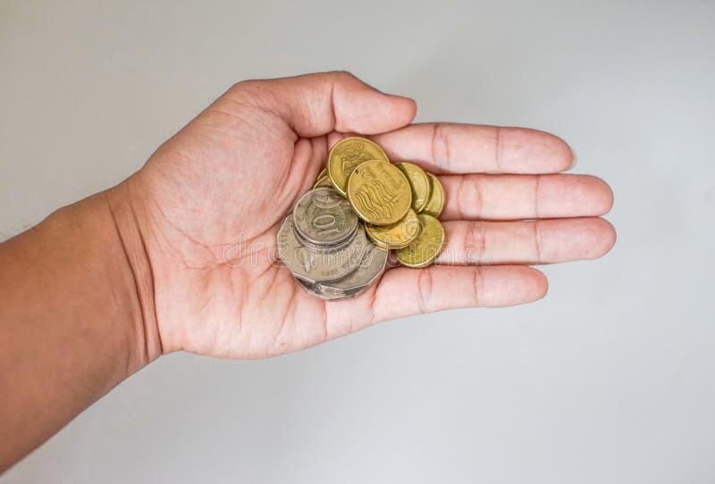 顶视图硬币在手上有背景 免版税库存图片