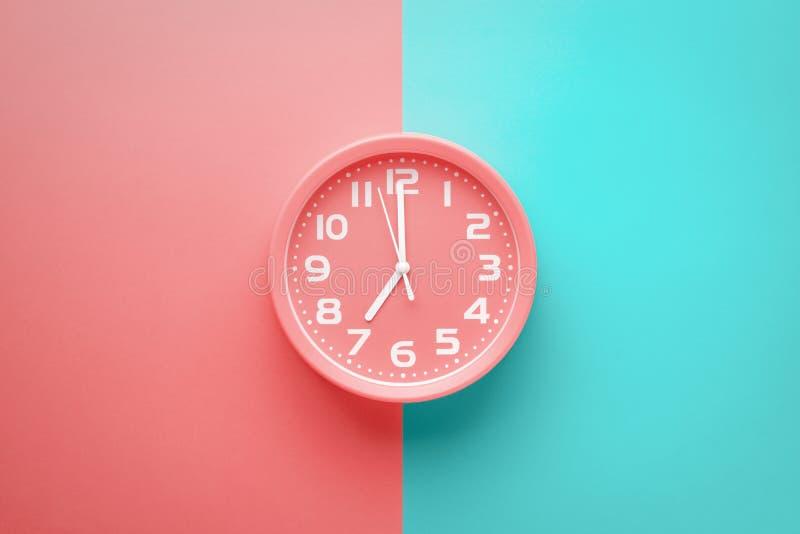 顶视图红色时钟闹钟没有上色了背景被划分垂直成红色和绿色 向量例证